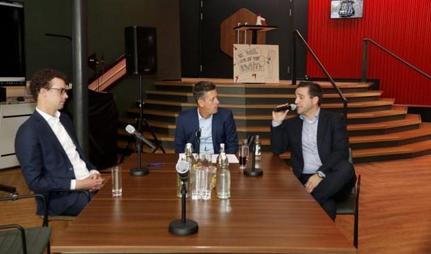 Marcel Reulen (rechts) in gesprek met wethouder Martijn van der Putten (links) en Rob van Lieshout. Foto: Rikus ten Brücke.