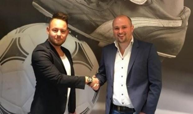 Fenne Smits (links) en Bjorn Poels (technische zaken) beklinken de samenwerking met een handdruk. Foto: SV United.