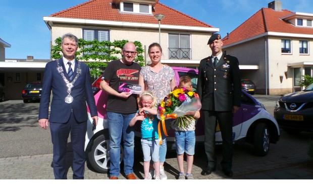 Burgemeester Hans Gilissen, het gezin Weijers en kolonel Peter Gielen.