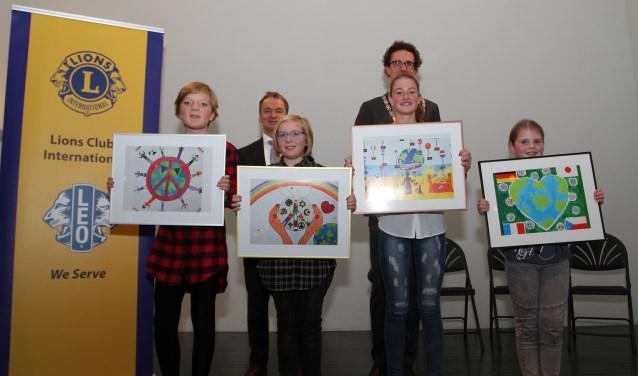 De winnaars van vorig jaar op de foto met wethouder Martijn van der Putten.