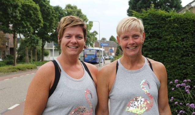 Monika van Bracht (links) en Petra de la Roy lopen samen de vierdaagse in Nijmegen. Foto: Henk Lammen.