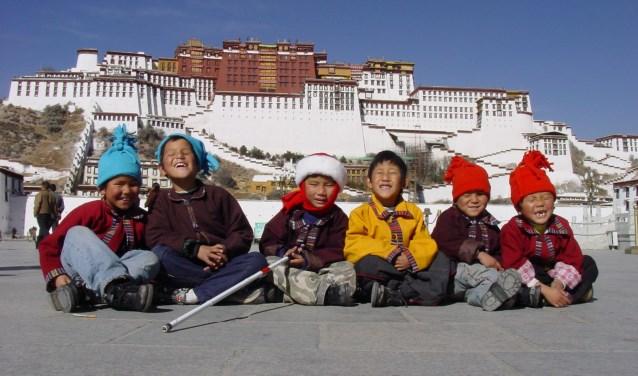 Enkele blinde leerlingen van Braille Without Borders voor het Potalapaleis in Lhasa.
