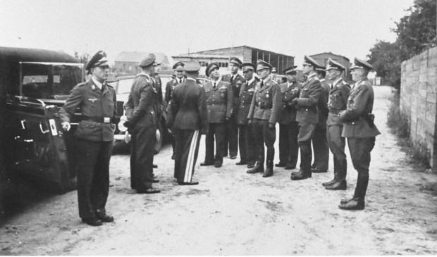 Hoge Duitse en Italiaanse luchtmachtofficieren bezichtigen de stelling 5B bij Veulen, augustus 1942.