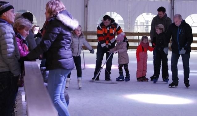 Schaatsfanaten van alle leeftijden hebben plezier op de ijsbaan in het centrum van Venray. Foto: Rikus ten Brücke.