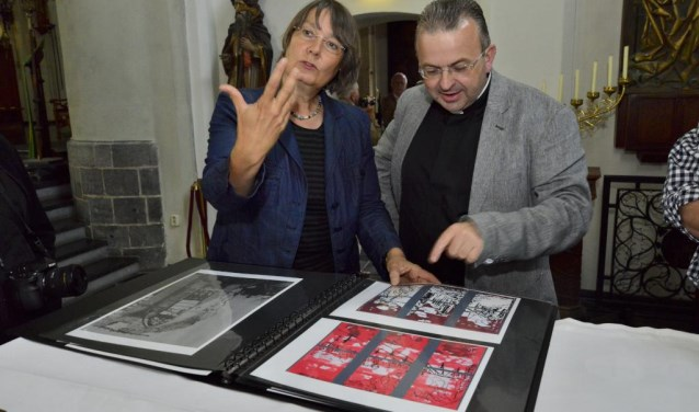 Deken Harrie Smeets samen met de ontwerper van het raam, kunstenares Susanne Ludwig uit Berlijn. Foto: Sjaak Peters AV.