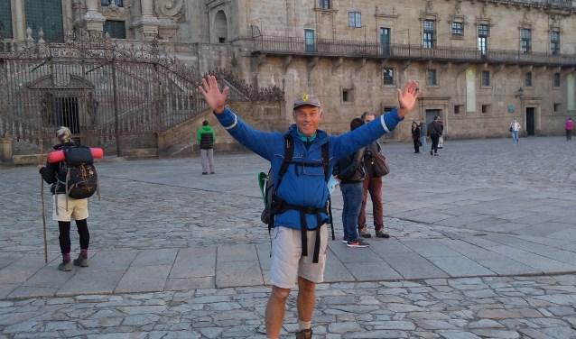 Peter Ansinger juicht na het voltooien van de wandeltocht naar Santiago de Compostella.
