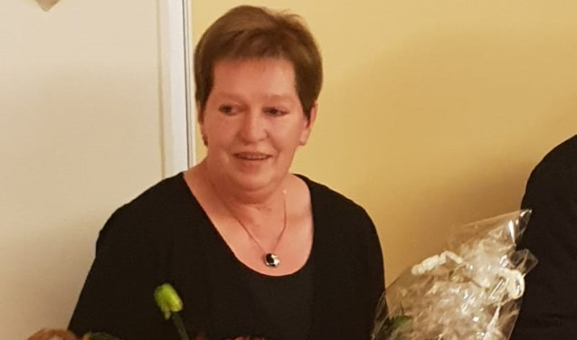 Jeanne Jansen werd in de bloemetjes gezet vanwege haar 25-jarig lidmaatschap van de dorpsraad in Smakt-Holthees.