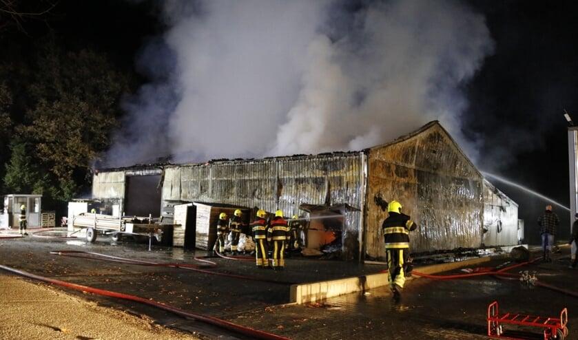 Een brand verwoestte in de nacht van zaterdag op zondag een loods aan de Gagel in Wanssum. Foto: SK-Media