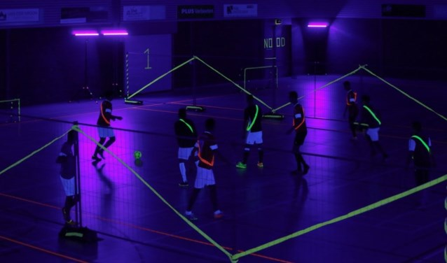 Sporten in blacklight in de Raaijhal in Overloon.