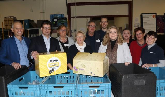 Wethouder Anne Thielen gaf woensdag bij de voedselbank het startschot voor de actie. Foto: Henk Lammen