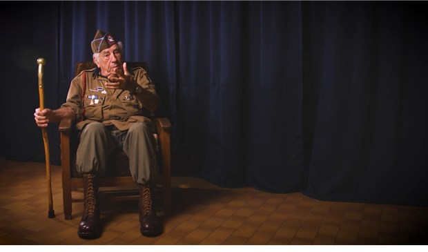 De Amerikaanse paratrooper Vincent J. Speranza komt naar het oorlogsmuseum in Overloon.