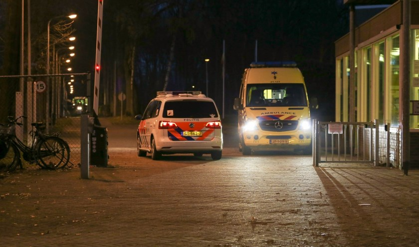 De hulpdiensten rukten dinsdag aan het eind van de middag uit naar het azc in Overloon. Foto: Albert Hendriks.