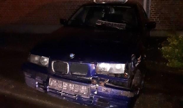 De auto raakte bij het eenzijdig ongeval beschadigd. Foto: Facebook politie Venray-Gennep.