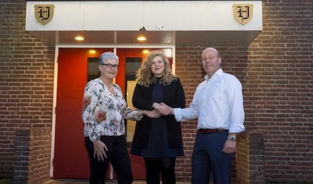 Van links naar rechts: Marja Kessels (secretariaat stichting), wethouder Anne Thielen en Joris Roth (voorzitter stichting).