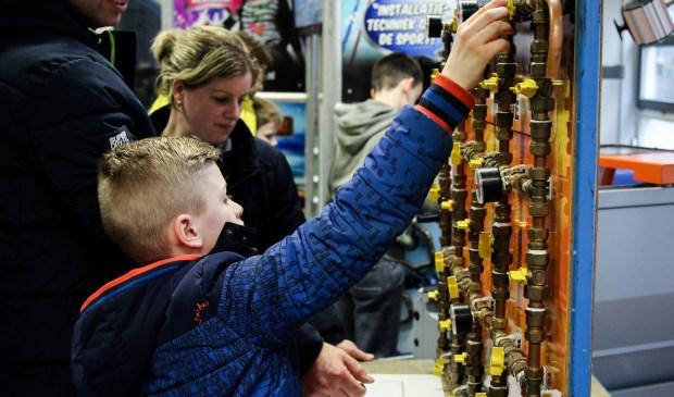 Hoe werkt dat? Jongeren konden tijdens Kies Techniek ook zelf aan de slag. Foto: Simone Swinkels