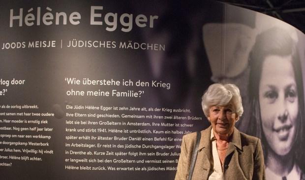 Hélène Egger, naast een jeugdfoto van haar, in het museum bij de opening van de tentoonstelling.