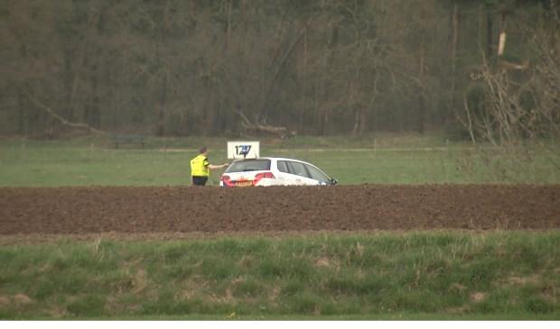 Pers werd op afstand gehouden na de vondst van een levenloos lichaam in de Maas. Foto: Wim Wijnhoven