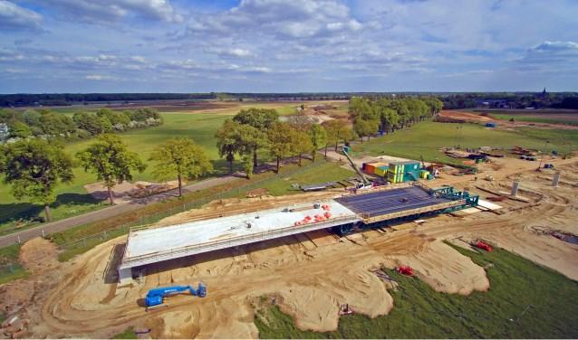 De nieuwe brug die wordt aangelegd in Ooijen in het kader van de gebiedsontwikkeling. Foto: Wim Wijnhoven.