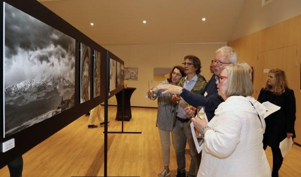 Genieten van prachtige fotografie tijdens openingsmiddag expositie Fotoclub Venray. Foto: Rikus ten Brücke