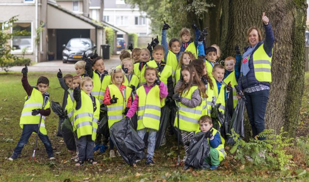 Enthousiaste schoolkinderen tijdens de Keep it Clean Day Venray 2017. Ook 21 september gaan ze weer met honderden tegelijk de straat op om zwerfvuil op te rapen.