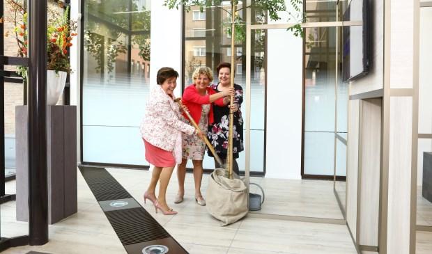 Directievoorzitter Angelique Jansen, wethouder Brugman en burgemeester Leppink planten de eerste Rabobank-boom.