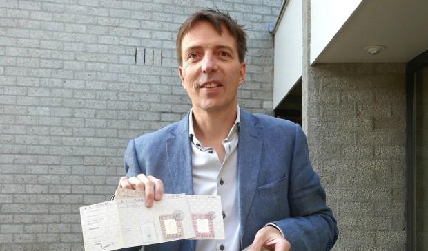 Erik van den Dungen toont een aantal persoonsbewijzen uit de collectie van het museum.