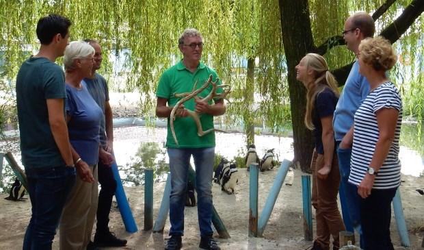 Vrijwilliger Sander de Koning aan het werk in ZooParc Overloon.