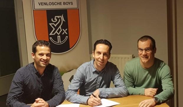 Sjoerd van der Coelen zet zijn handtekening onder het nieuwe contract. Foto: Venlosche Boys.