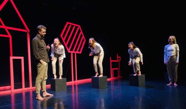 Spelers v.l.n.r. Sebas Berman, Lili Kok, Pam van Ooijen, Vivian Gomez Cardoso en Willemijn Weerts. Foto: A.S.O. Productions.