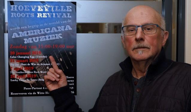 Johan Vullings met de poster waarop de geplande optredens worden aangekondigd. Foto: Rikus ten Brücke.