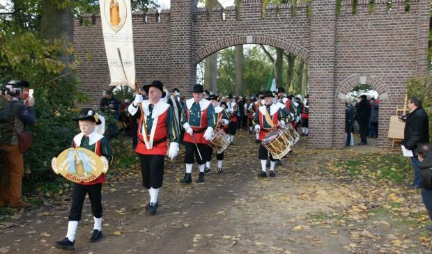 Opening herbouwde kasteelpoort Blitterswijck 9:17 9:17 In Blitterswijck vond zaterdag onder grote belangstelling de - Peel en Maas Venray