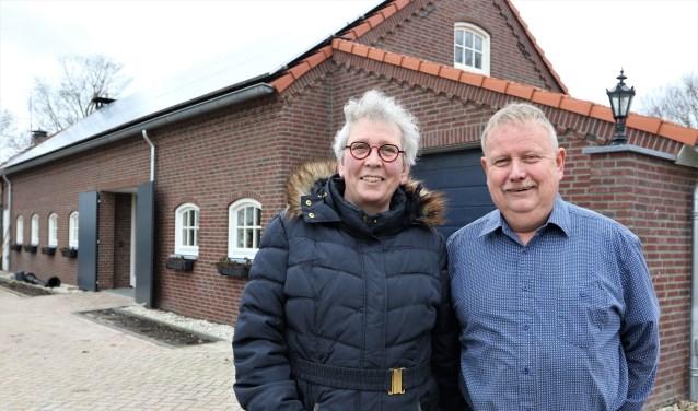 Elly en Kees Oudshoorn voor het nieuwe gedeelte van de zorgboerderij. Foto: Henk Lammen