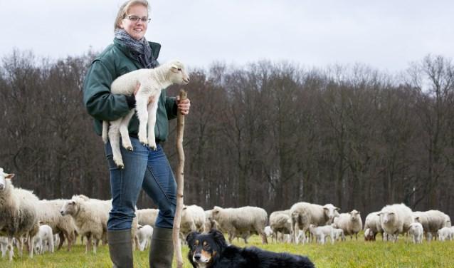 Foto: Tineke Camps heet iedereen van harte welkom tijdens de Lammetjesdagen. Foto: Agrifotograaf.