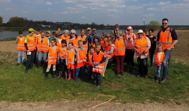 Ruim 40 vrijwilligers maakten zaterdag de Maasovers schoon.