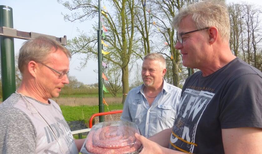 Worstkoning 2018 Peter Dins ontvangt vijf meter braadworst.