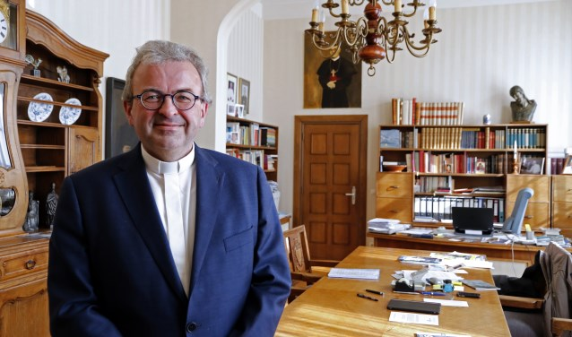 Bisschop Harrie Smeets, oud-deken van Venray, vertelt op eerste en tweede paasdag het evangelie op Peel en Maas TV. Foto: archieffoto Peel en Maas.