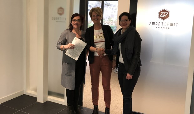 In het midden Anne-Marie Goossens, links notaris Olga Roffers-Janssen (ZwartOpWit Notariaat), rechts kandidaat-notaris Minette van Bergen.