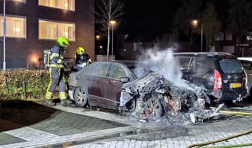 Een Mercedes ging  in de nacht van dinsdag aan de Circusroos in vlammen op. Foto: SK-Media.