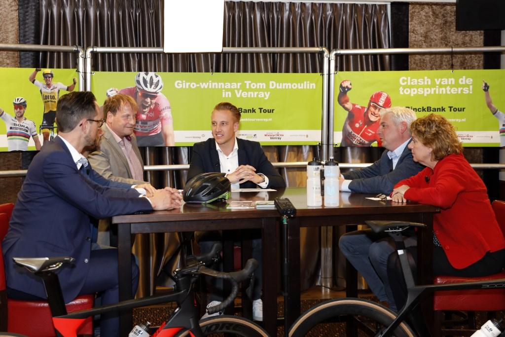 Van links naar rechts: Nick van den Bosch, Maurice Ambaum, Jaap Litjens, Eric Geurts en Carla Brugman praten over de BinckBank Tour en duurzaamheid. Foto: Rikus ten Brucke