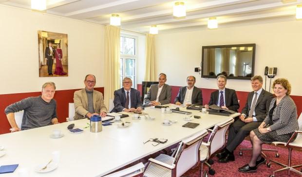 Op de foto van links naar rechts: John Schouten, Anne aan de Wiel, Jan Wittenberg, Rob Schoots, Ger Peeters, Hans Gilissen, Jan Loonen en Carla Brugman.