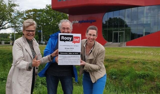 Foto: Linda Custers, Germy Thielen en Sies Liebrand voor het schoolgebouw van Gilde Opleidingen.