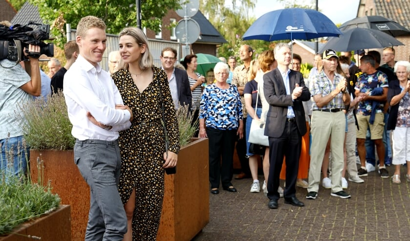 Mike Teunissen met zijn vriendin Corine tijdens de huldiging in Ysselsteyn.