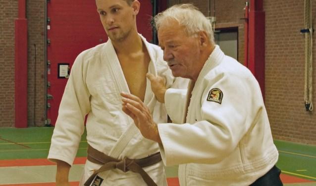 Lau Almekinders (r)  en Michael de Vos in de judoles.