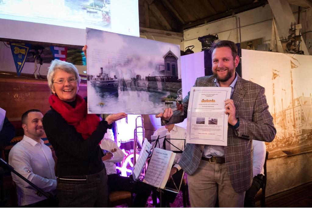 Ambtenaren Ada Overwater en Mathijs Witte van de gemeente ontvingen de prijs voor het RTM-ensemble op het Havenhoofd.  Foto: Wim van Vossen ©