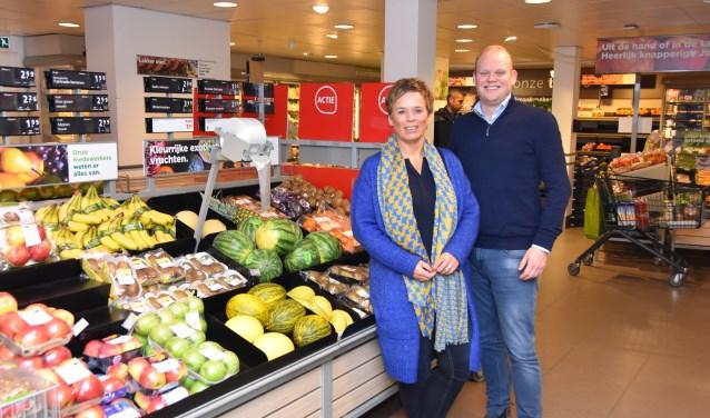 Heleen Tessemaker en Maarten Buning in de supermarkt.