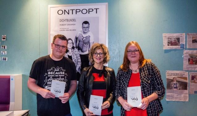 Robert Jaworski en Laura van Helden presenteren hun dichtbundel samen met burgemeester Ada Grootenboer (foto Jaap Reedijk).