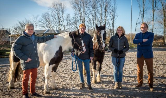Leo de Kooning, Marja Dur, Anne van Dijk en Hans Kolwijk met de paarden Ben en Mary. Foto: Wim van Vossen