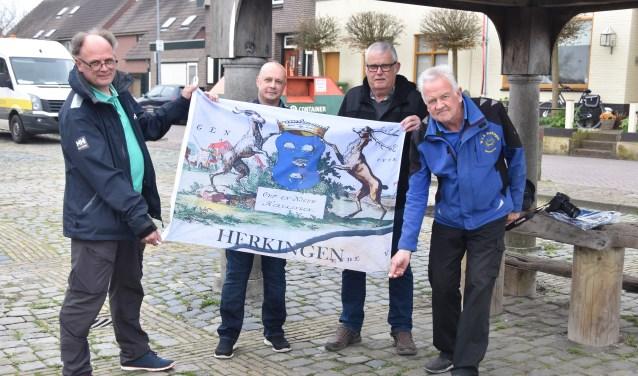 Leden van de Dorpsraad Herkingen, André van Beek en Adri Knöps (links en rechts in het midden) presenteren de nieuwe Herkingse vlag. Links Wim van Schilfgaarden van de Jachthaven en rechts Ad Zegers van de Watersportvereniging.