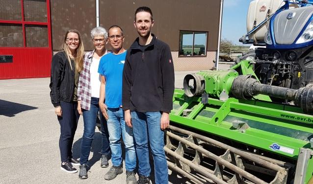 Wilko van Dam, (tweede van rechts) met zijn vrouw Margo, zijn dochter Patricia en zoon Patrick op de boerderij van de familie Van Es.