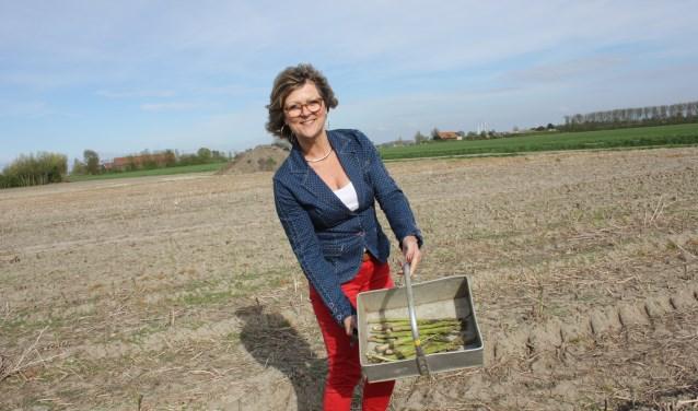 Burgemeester Ada Grootenboer toont haar oogst. Ze sneed de eerste asperges op maandag 23 april.